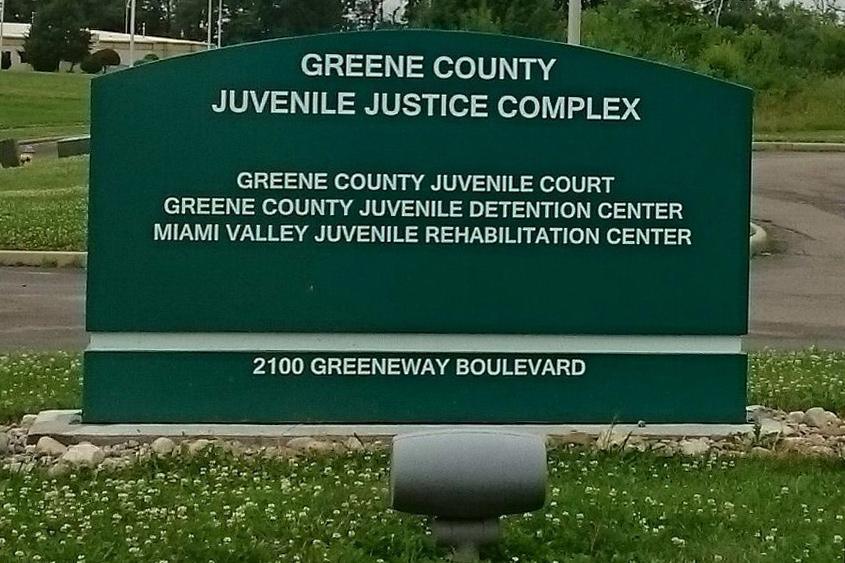 Grüne Tafel mit der Aufschrift «Green County – Juvenile Justice Complex».
