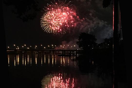 Rot leuchtendes Feuerwerk in der Nacht.