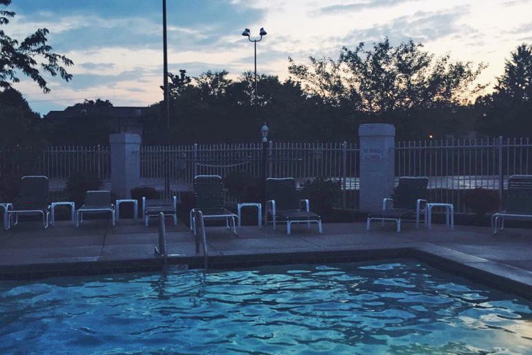 Pool mit Liegestühlen vordran
