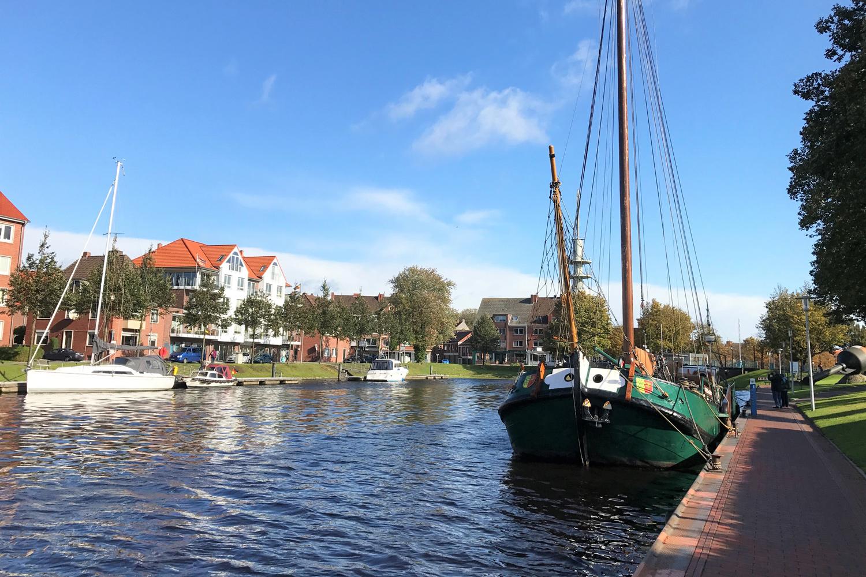 Boote und Häuser am Hafen von Emden