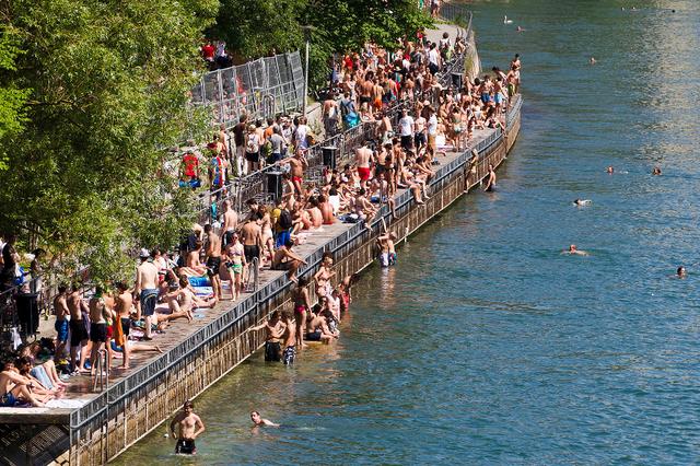 Der Steg am oberen Letten mit vielen Leuten die in der Limmatbaden oder sich sonnen.