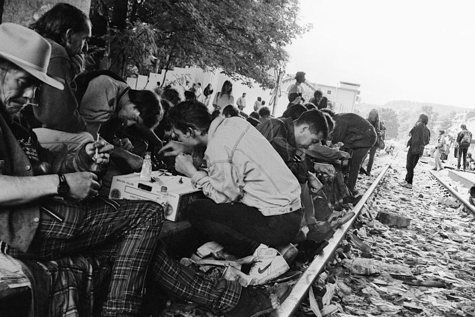 Drogensüchtige sitzen konsumierend auf einem Gleis am Letten in Zürich.