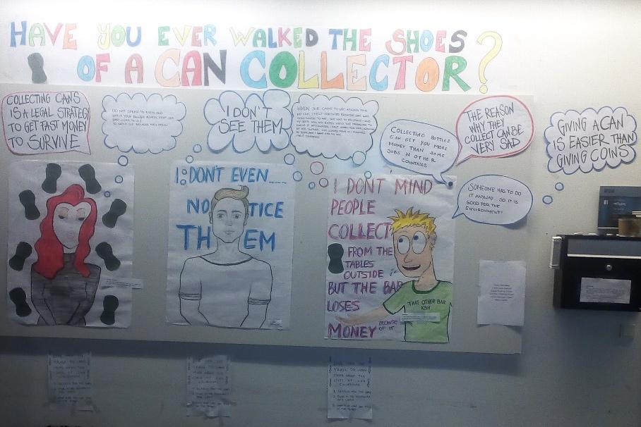 Farbige Notizen und Zeichnungen zieren eine weisse Wand.