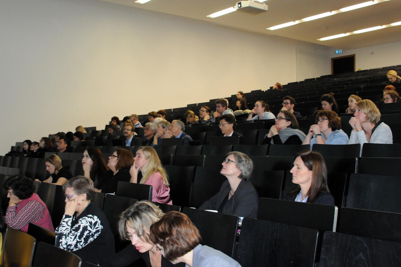 Hörsaal mit Teilnehmenden einer Konferenz