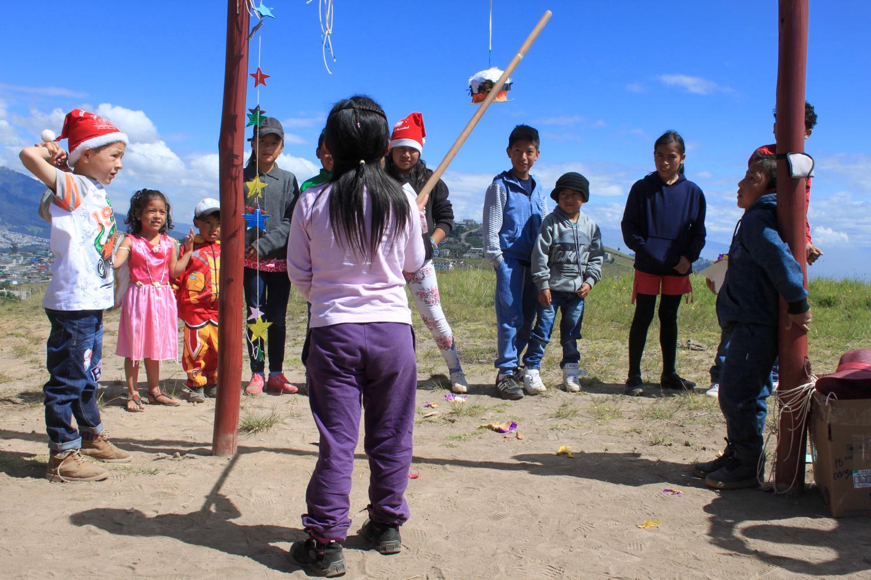 Ecuadorianische Kinder des Barrios stehen beieinander und spielen.