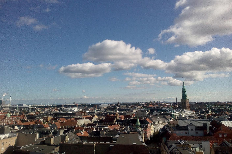 Blick auf die Dächer von Kopenhagen. Am blauen Himmel stehen nur ein paar wenige Wolken.