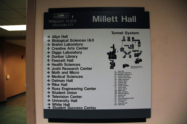 an der Wand hängende Tafel mit Gebäudenamen und einem Gebäudeplan der Wright State University.