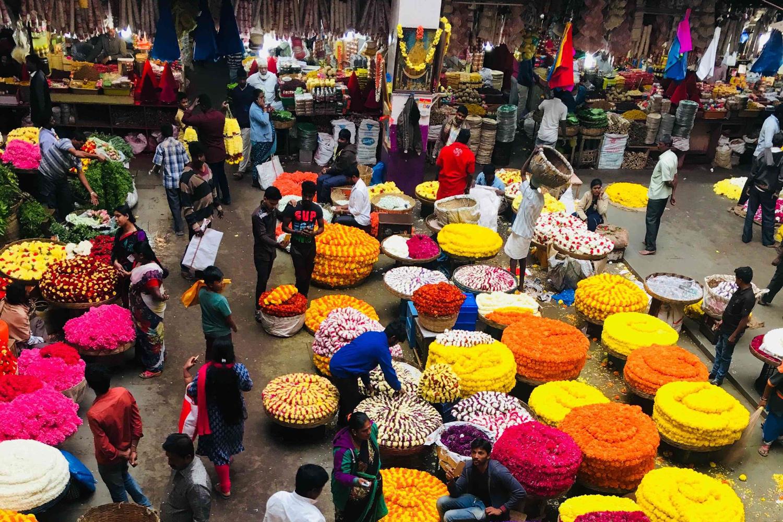 Ansicht von oben auf den Flower-Market in Bangalore, Indien.