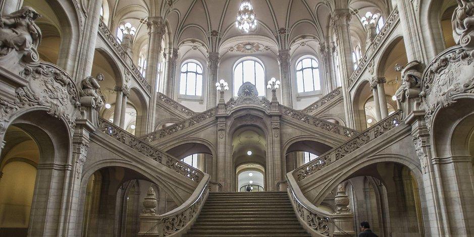 Imposante Treppe im Amtsgericht Tiergarten in Berlin.