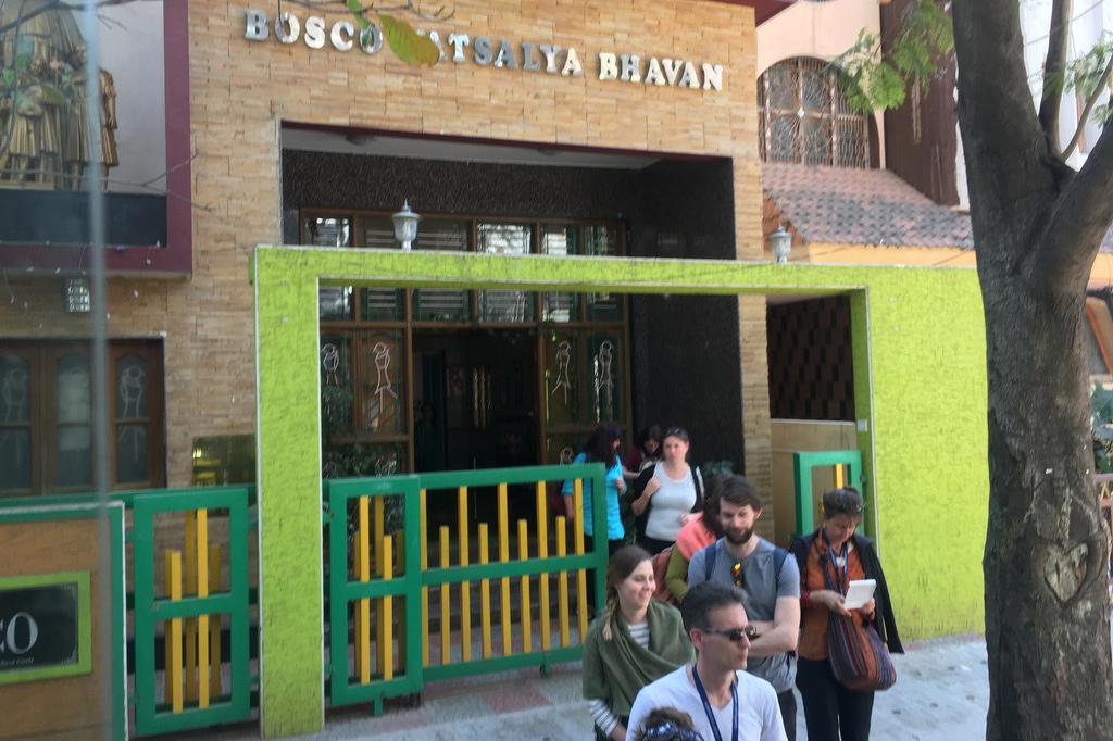 """Aussenansicht eines Gebäudes, in welchem sich die indische NGO """"Bosco"""" befindet."""