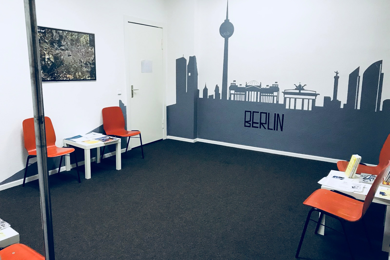 Empfangsraum der Bewährungshilfe Berlin mit orangen Stühlen