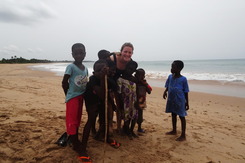 Martina mit ein 5 Kindern an einem Strand